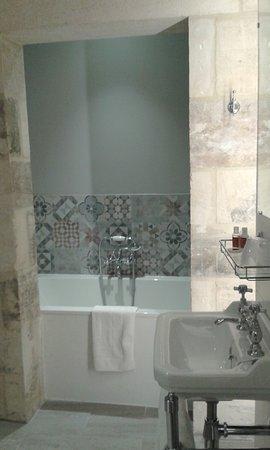 belle salle de bain avec baignoire et douche, double lavabos ...