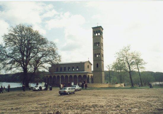 Heilandskirche am Port von Sacrow : Kirche im ehemaligen Grenzstreifen nach 1990
