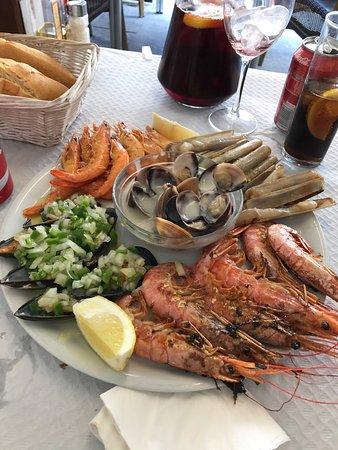 S. Gravalosa: Espectacular! Un restaurante en El Centro de Comillas, una atención por parte de l@s camarer@s i