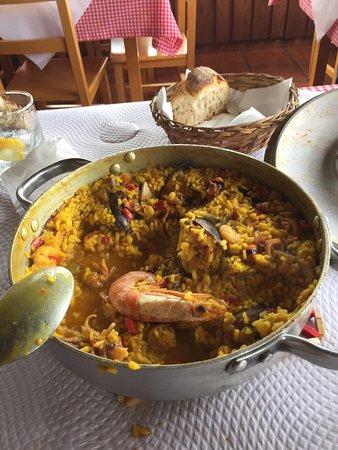Carino, Spain: Para dos??? Ya llevábamos una ración completa cada uno y aún quedaba todo esto!!!