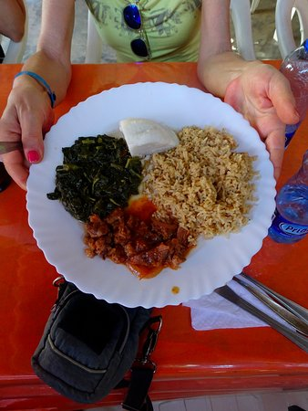 SWAHILI cafe: Abbinamento di riso speziato, polenta bianca, spezzatino di carne di capra e verdure