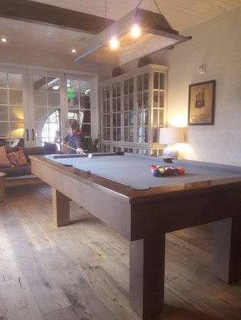 Goleta, Californien: great pool table area adjacent to Good Bar