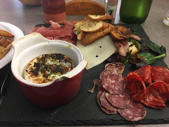 Gourette, ฝรั่งเศส: Petit camembert rôti et sa charcuterie excellent