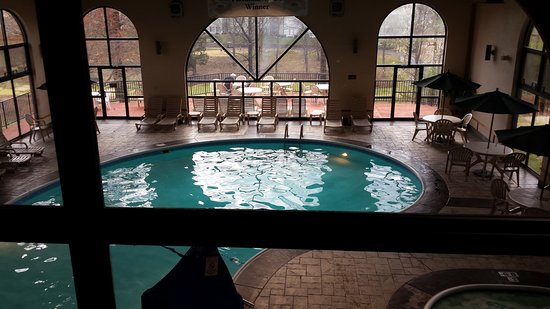 Comfort Inn at Thousand Hills: Comfort Inn & Thousand Hills - View of Pool from Breakfast Area