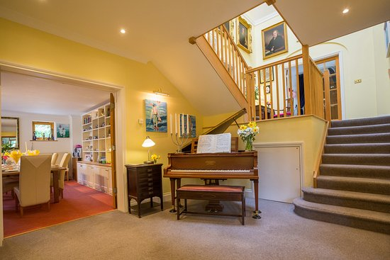 Cornworthy, UK: Magnificent Hall with Baby Grand