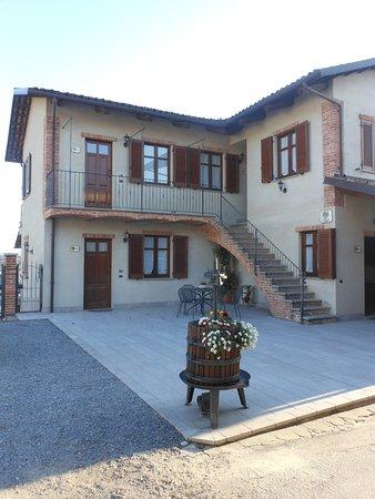 Serralunga d'Alba, Italia: Esterno della struttura