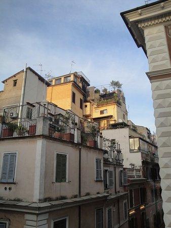 Hotel Grifo: Compte tenu de l'étroitesse des rues de Rome, cette vue donnait de la respiration à la chambre