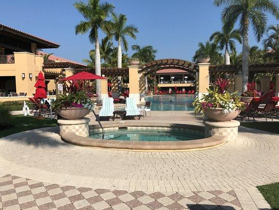 بي جي إيه ناشونال ريزورت آند سبا: Large, well-maintained hot tub with family-friendly pool in background