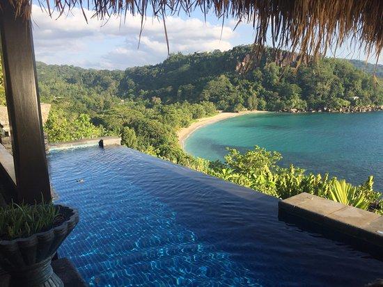 MAIA Luxury Resort & Spa: Piscine privée de la suite et vue sur la plage et l'anse.