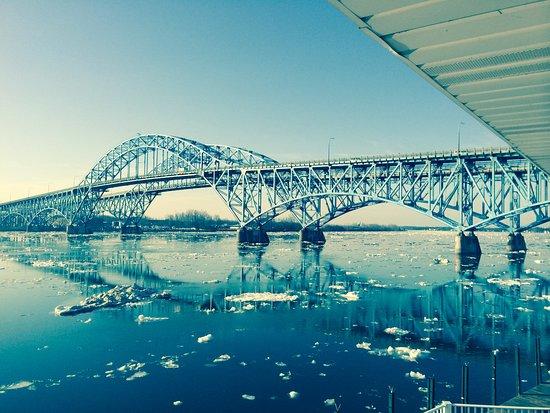 Grand Island, État de New York : View of bridge from porch