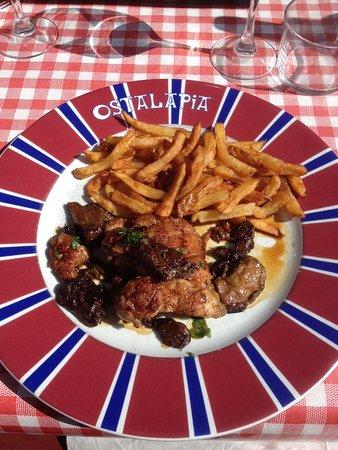 Ahetze, Frankreich: Ris de veau aux cèpes.
