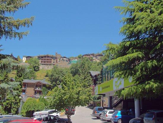 Hotel Anyos Park : Parking à droite de la piscine