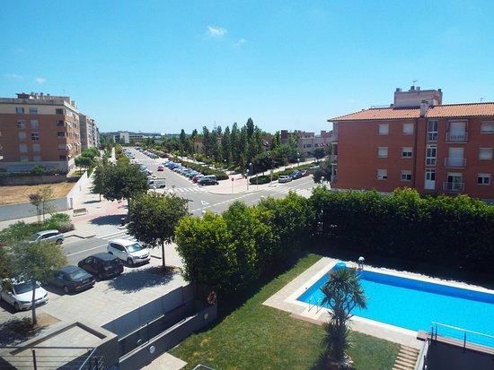 Vila Seca, Spanien: Vue sur la piscine et au loin Portaventura