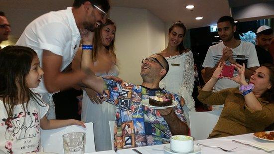 U Coral Beach Club Eilat: רגעים של אושר צוות שמפתיע עם עוגה . .
