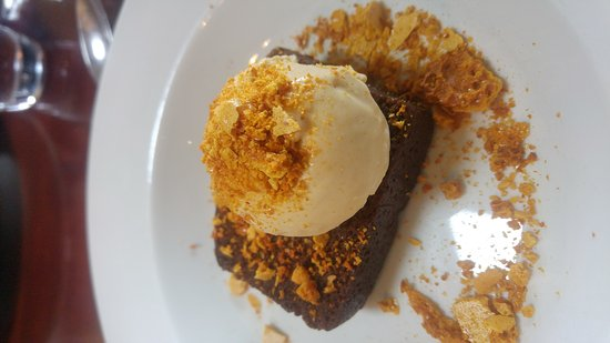 Llanelltyd, UK: Warm ginger cake with salted caramel ice cream and honeycomb crumb