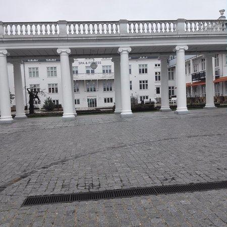 Skodsborg, Denmark: Utsidan med sikte på hela byggnaden med bad och spa