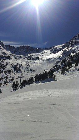 """El Serrat, Andorra: et à coté de la station """"Arcalis""""l'hôtel est au bord de l'unique route qui monte à la station:8"""