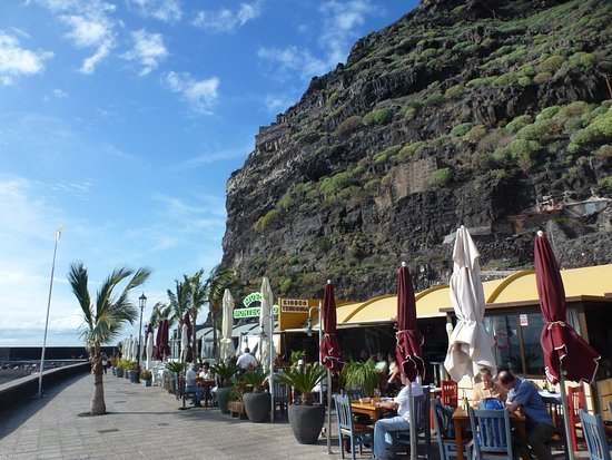 Tazacorte, Spagna: Restaurants around the beach