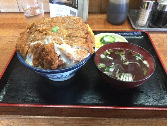 Yurihonjo, Japonia: お店と名物カツ丼と店の前。