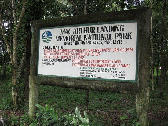 Tacloban, Philippines: Denna tavla möts man av vid MacArthurs minnespark.