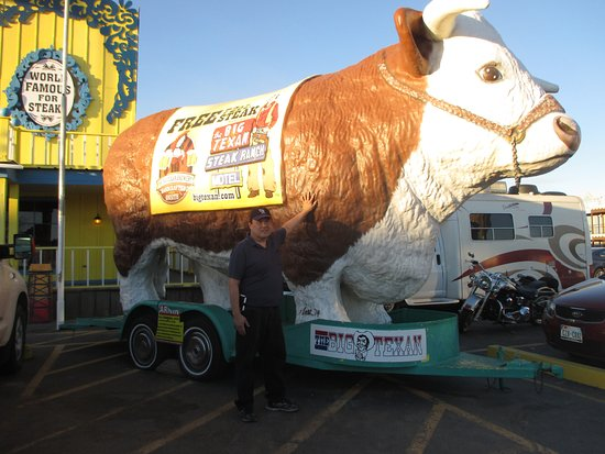 Big Texan Steak Ranch: Gene with the huge cow