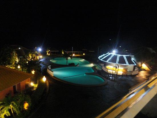 Leyte Park Resort Hotel: Pool area at night