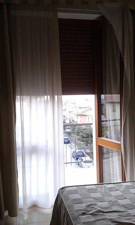 Hotel I Due Cigni: Balcone visto dalla porta