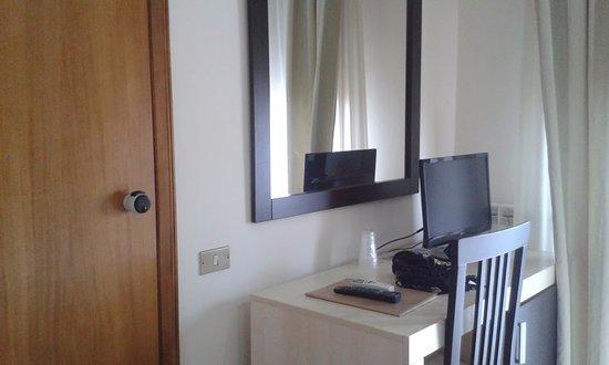 Hotel I Due Cigni: Ingresso bagno e scrivania vista dalla porta