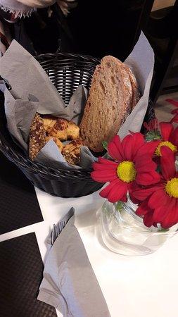 Le Bouscat, France: Cookie avoine/chocolat, mini croissant pomme cannelle et pain
