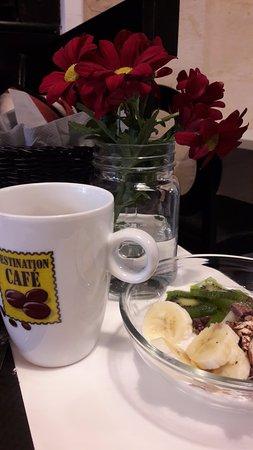 Le Bouscat, France: Granola chocolat, fuits et fromage blanc, chocolat chaud au lait d'amande