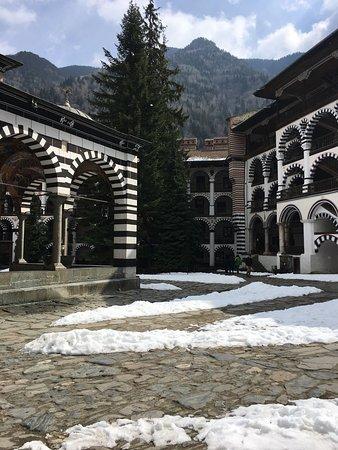Rila, Bulgaria: Espectacular. Me he emocionado !  En marzo nos encontramos con la nieve , hacía mucho frío .