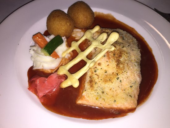 Black Forest Inn: Salmon with puréed potatoes, veggies and croquettes.