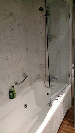 AC Hotel Ciudad de Sevilla : Bom banheiro
