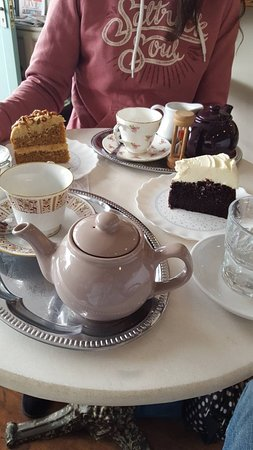 Abergavenny, UK: time for tea... with Guiness cake and Caramel and Pecan cake... yummy
