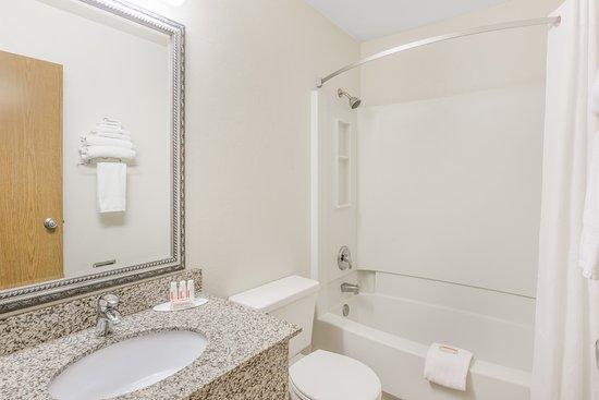 Super 8 by Wyndham Grants Pass: Standard Bathroom
