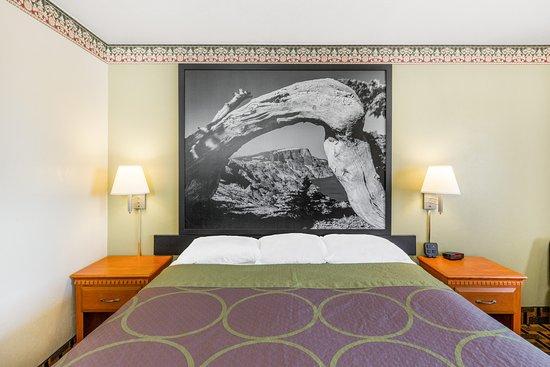 Super 8 by Wyndham Grants Pass: Standard King Room