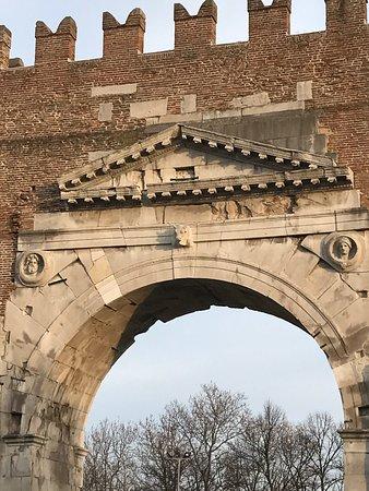 Arco d'Augusto: photo2.jpg