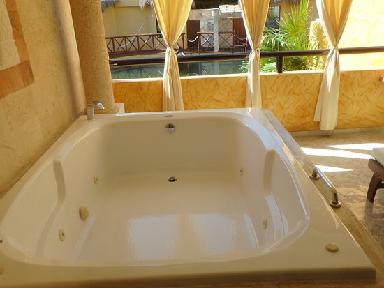 jacuzzi tub outsdie room but easy to get locked out of room ...