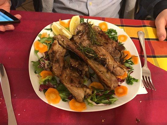 Capodimonte, Italien: Personale disponibile e simpatico, ottimi i secondi piatti e porzioni che saziano anche i più af