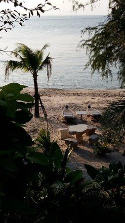 Koh Tao Beach Club: Hoteleigene Liegen am Strand.