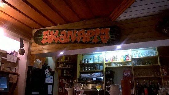 Montalbert, فرنسا: Le bar du restaurant avec la cloche des pourboires