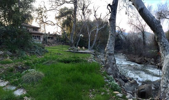 Sequoia River Dance B&B: Great garden patio beside the mountain stream