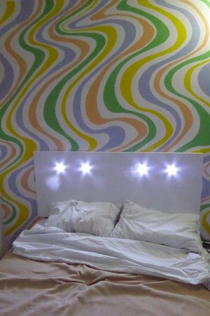 Hotel Maria Guadalupe: Headboard with built-in reading lights, painted wall behind