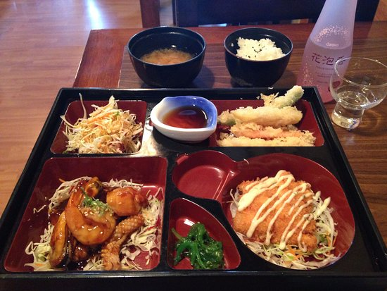 Orewa, Νέα Ζηλανδία: The Seafood Bento Box - see lovely sparkling sake !!!