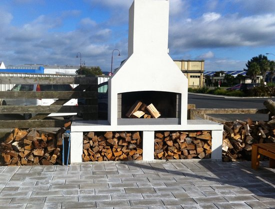 Te Puke, Nouvelle-Zélande : outdoor wood fire
