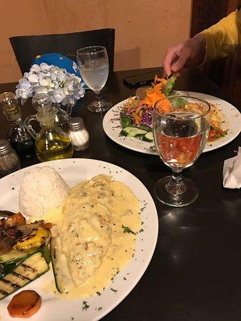Cafe Cabure : Попробуйте сибас! Он очень вкусный, а также лазанью и фиде миньон с соусом чимичури.