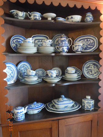 Mary Todd Lincoln House: Period china of the day in informal dining area