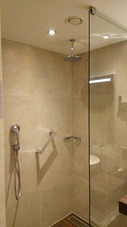 Badkamer - regendouche - Bild von Van der Valk Hotel Oostzaan ...