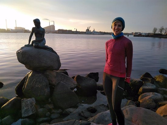 Running Copenhagen : Early morning run = Lena, me, and two Danish teenagers at the Little Mermaid Statue.