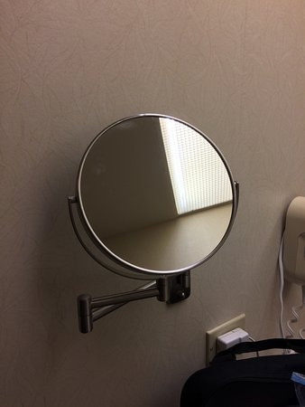Country Inn & Suites By Carlson, Schaumburg : My wife thought the makeup mirror was a nice touch